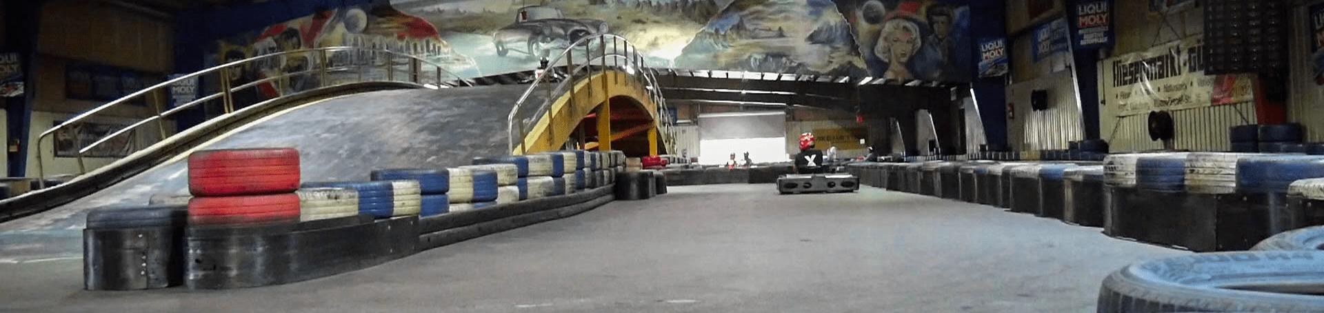 Hier sieht man die Rennstrecke von der Go Kart Halle in Günzburg
