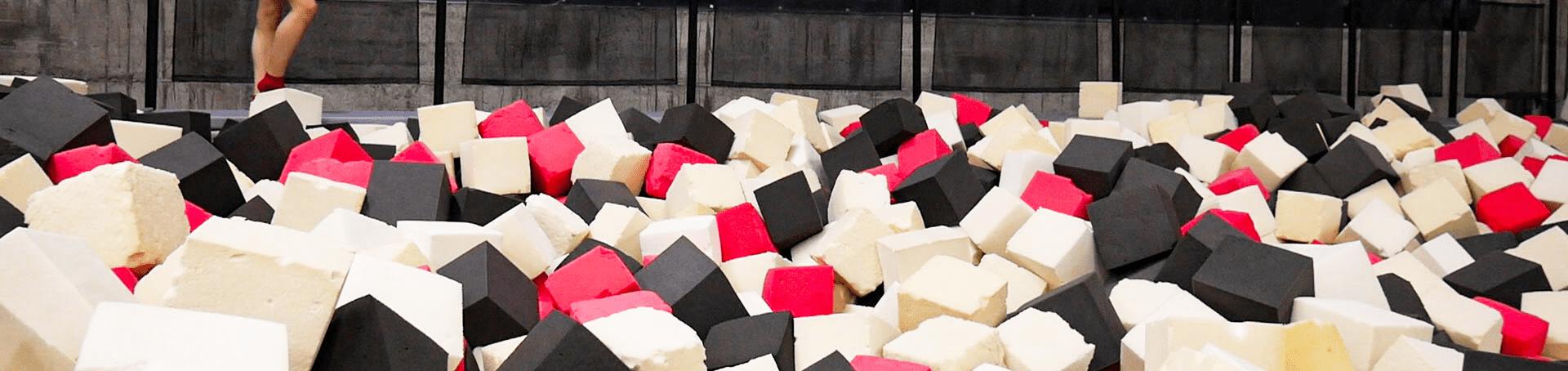 Der Foampit der aus einem riesigen Schaumstoffwürfelbecken besteht