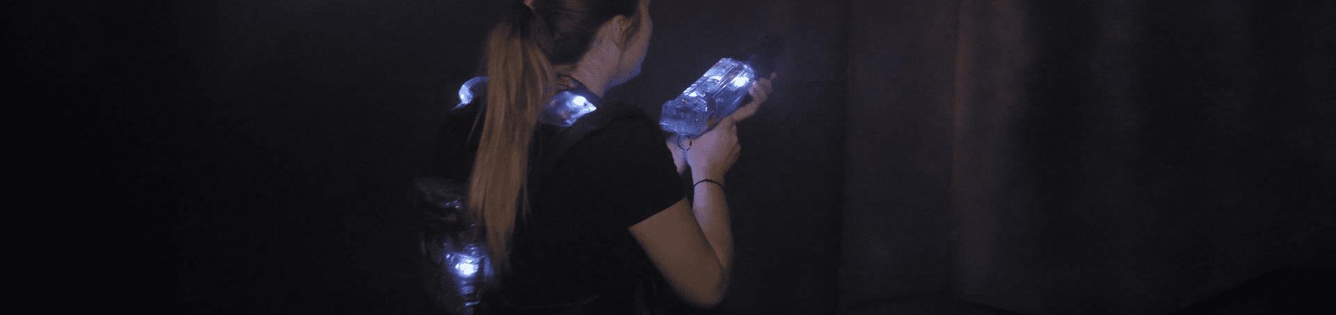 Mädchen beim Lasertag spielen