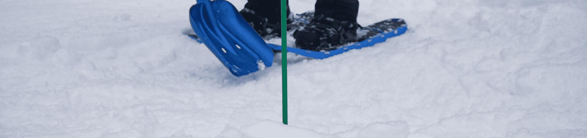 Training einer Lawinbergung mit einer Schneesonde und Schaufel