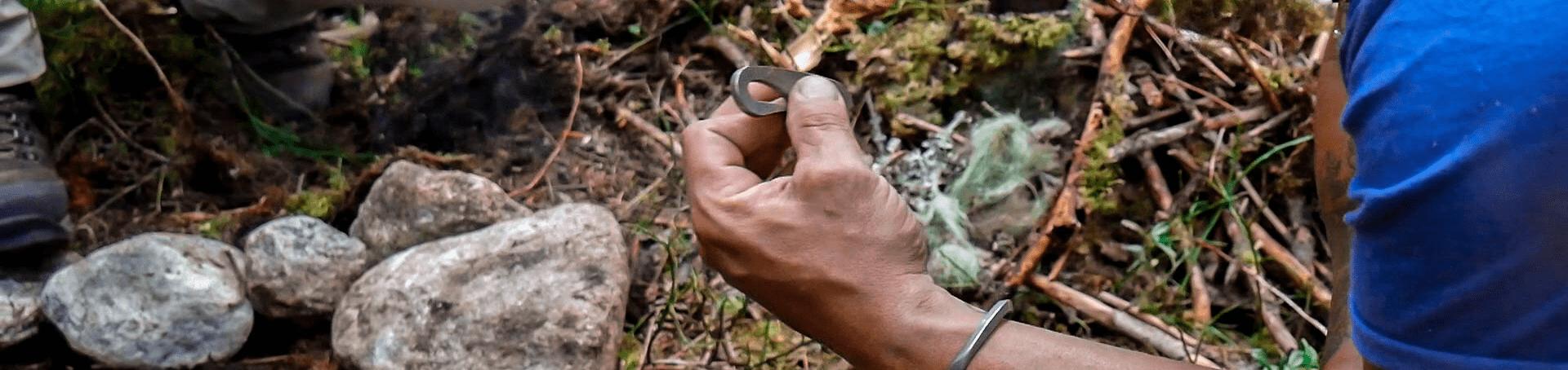 Beim Survival Training mit einem Feuereisen selber Feuer machen