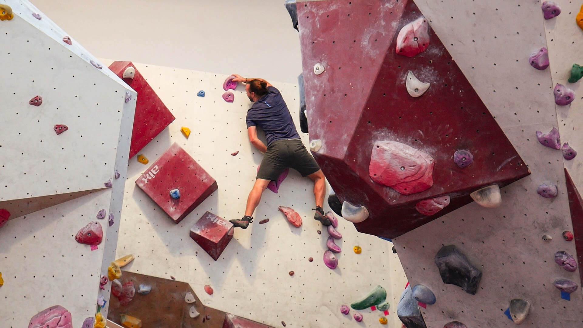 Die Kletterwand in der Boulderhalle Steinzeit