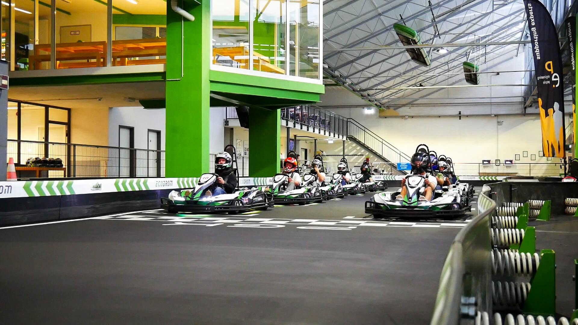 Die Startlinie mit Zehn Fahrern im Ecodrom Neu Ulm