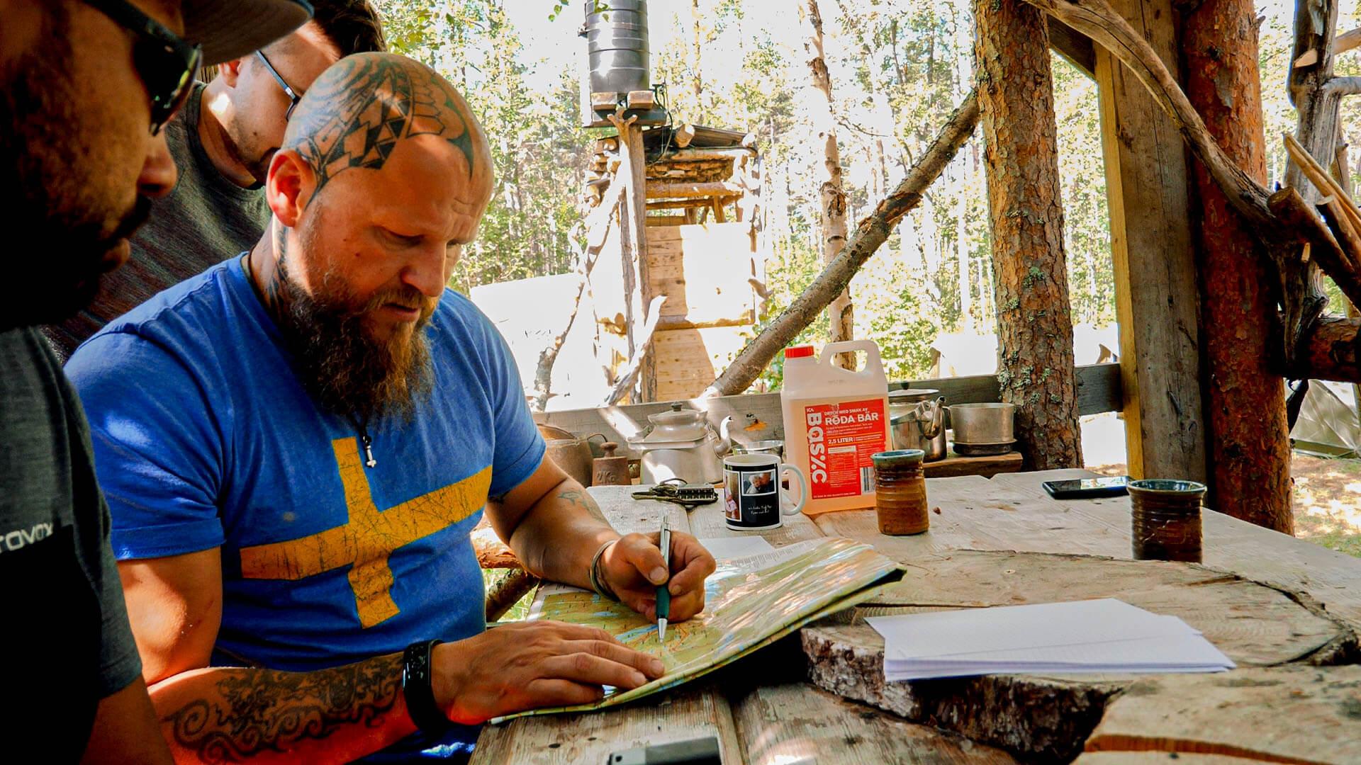Sven zeigt wie man eine Karte liest