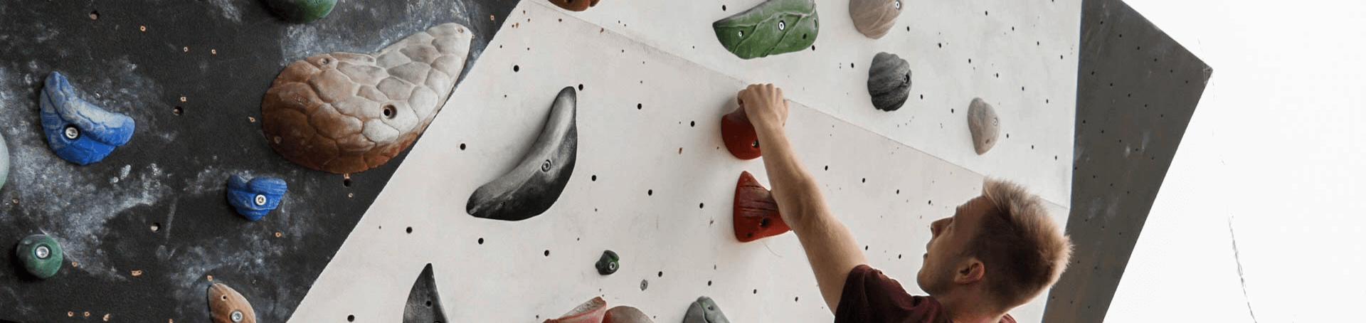 Markus Klettert im naheliegenden Außenbereich die Boulderwand herrauf