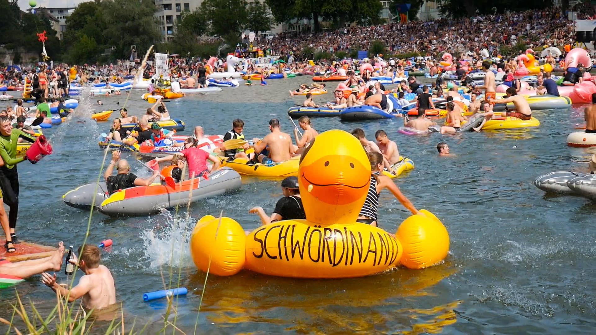 Ein Teilnehmer auf einem gelben Schlauchboot beim Nabada in Ulm