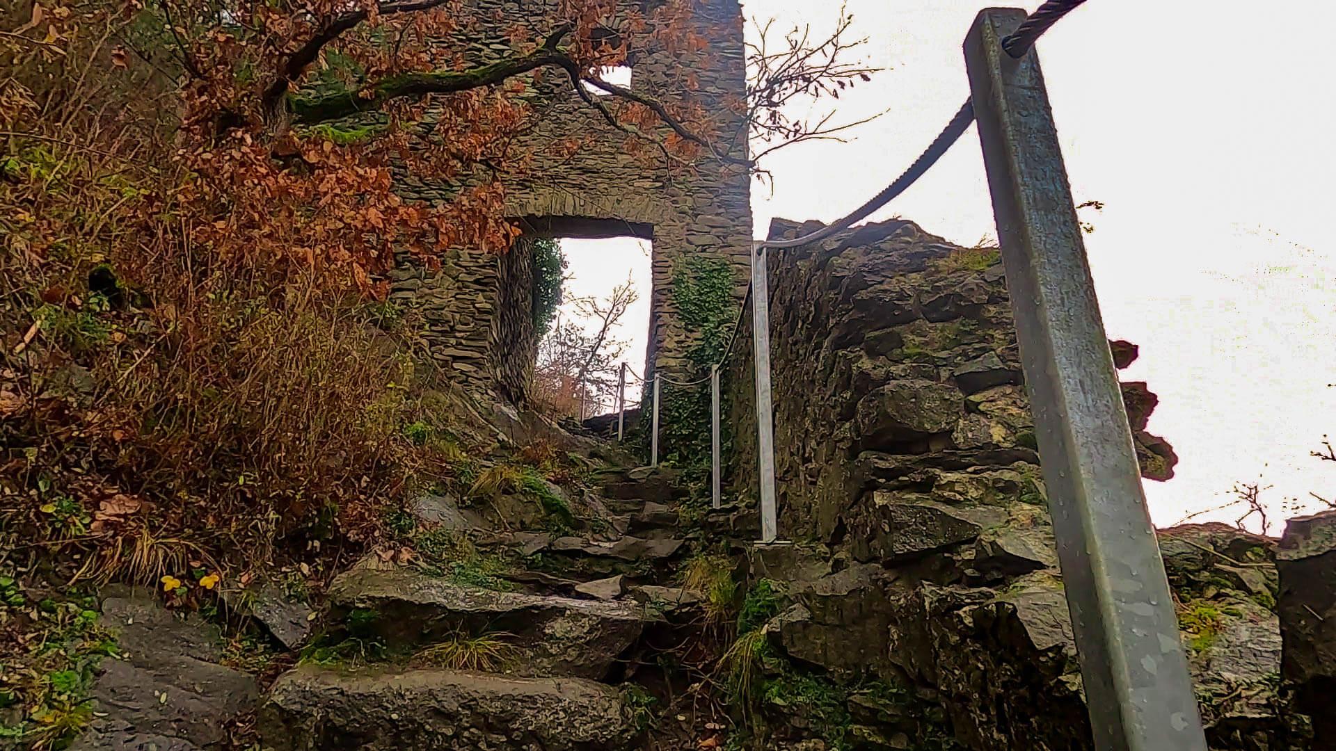 Ein Steiniger weg bis zum Eingang der Burg Hohenkrähen
