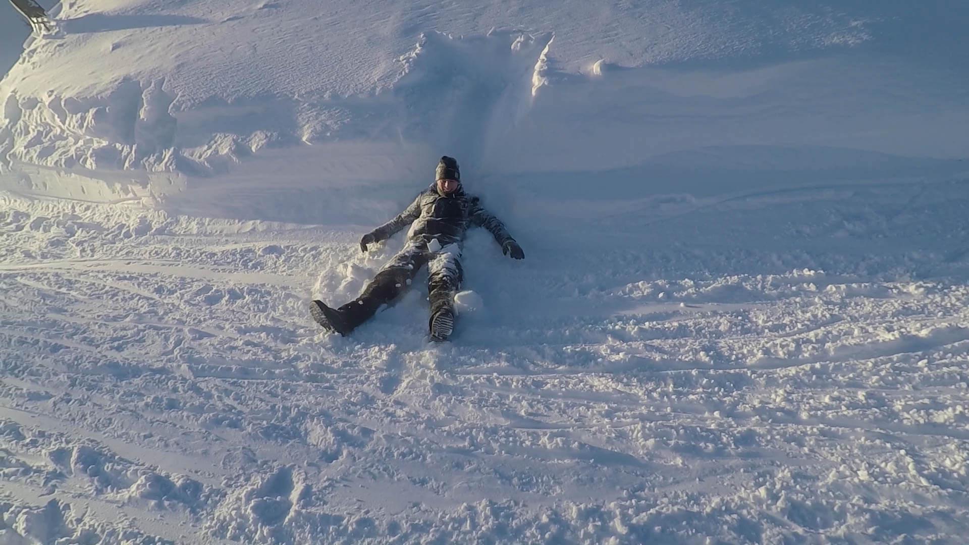 Beim Rodeln fällt man auch mal in den Schnee