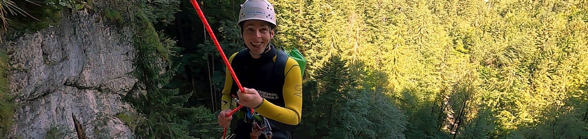 Markus der gerade am Wasserfall herunterklettet