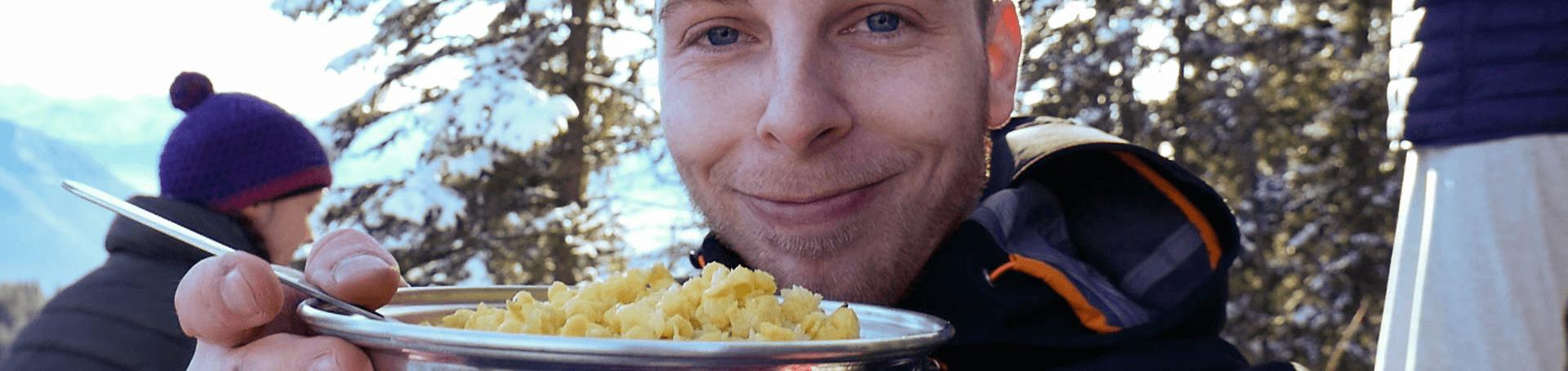 Markus beim Kässspätzle essen auf dem Ettaler Mandl