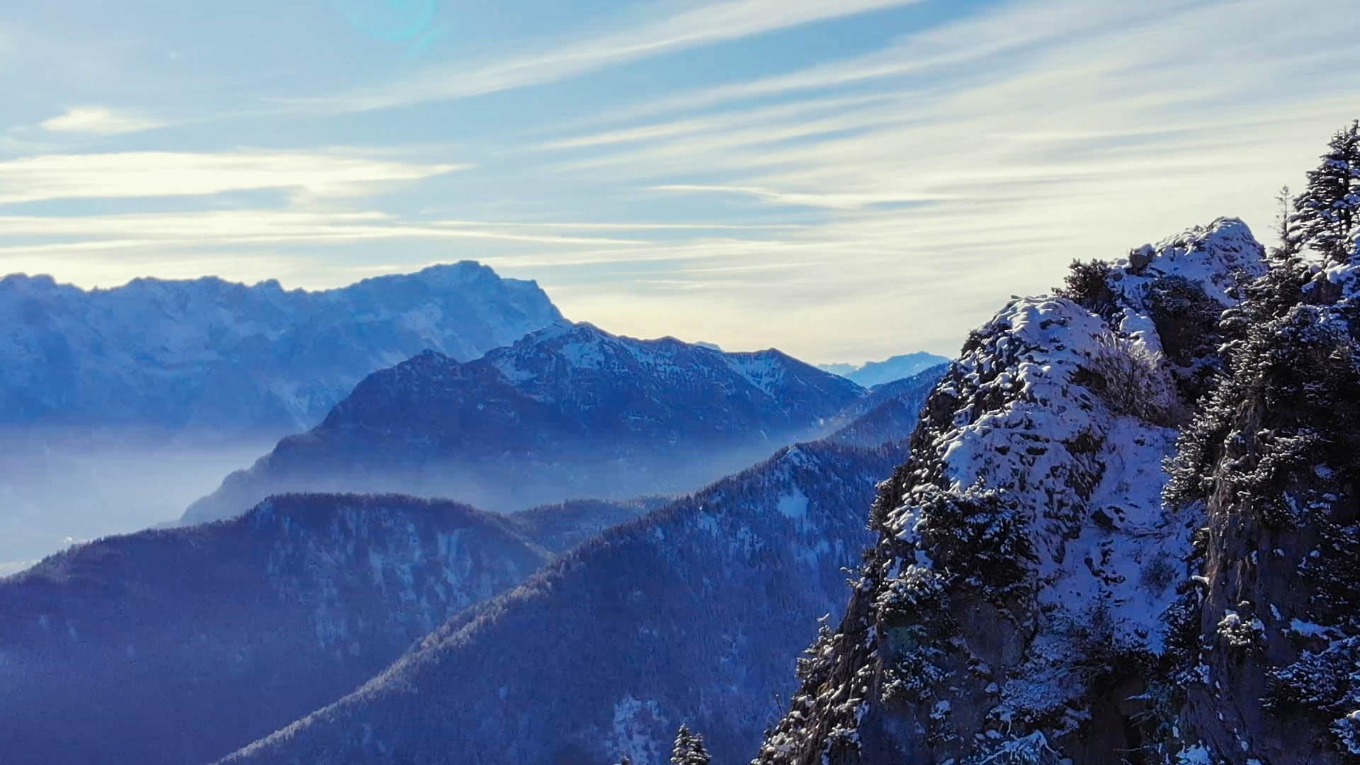 Der Berggipfel des Ettaler Mandel mit Bergen im Hintegrund