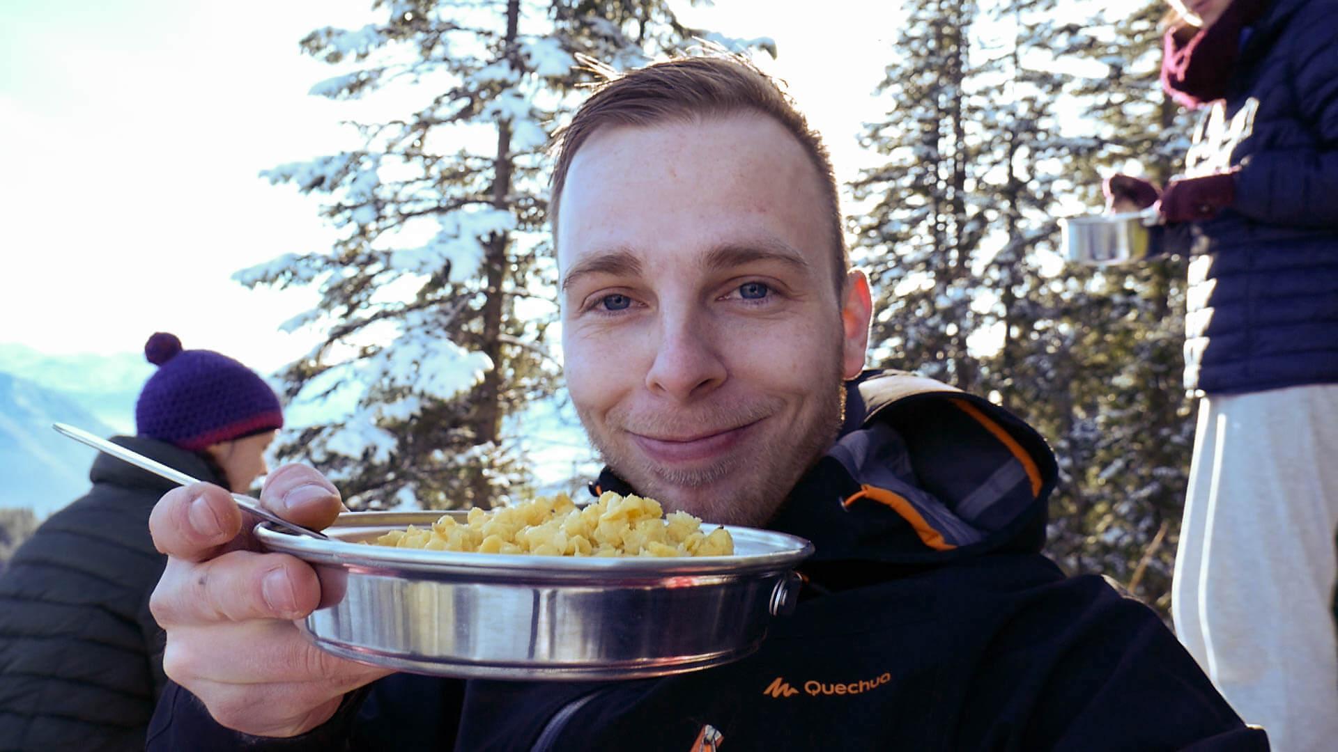 Markus isst Kässspätle auf dem Ettaler Mandl